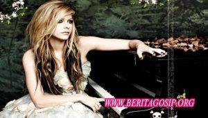 Avril Lavigne Digosipkan